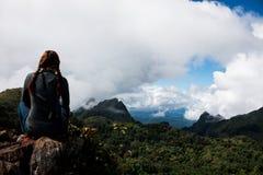 Μόνη άποψη ταξιδιωτών και τοπίων γυναικών μπλε νεφελώδης και ομίχλη στον ουρανό στοκ φωτογραφία με δικαίωμα ελεύθερης χρήσης