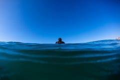 Μόνη αναμονή ωκεάνιο Surfer   Στοκ Εικόνα