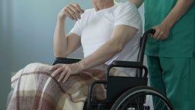 Μόνη ανώτερη συνεδρίαση ατόμων στην αναπηρική καρέκλα στο φροντίζοντας κέντρο, που περιμένει τους συγγενείς απόθεμα βίντεο