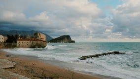 Μόνη αποβάθρα και παλαιά πόλη στα αδριατικά μεγάλα κύματα θάλασσας απόθεμα βίντεο