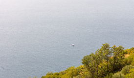 Μόνη βάρκα περπατήματος στην αδριατική θάλασσα κοντά στην ακτή του Μαυροβουνίου Στοκ Εικόνα
