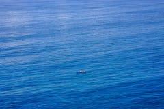 Μόνη βάρκα στη βαθιά μπλε θάλασσα Στοκ Φωτογραφίες