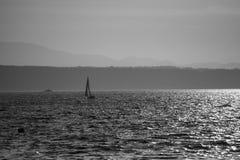 Μόνη βάρκα (Grayscale) Στοκ Φωτογραφία