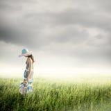 Μόνη γυναίκα με το σύννεφο βροχής Στοκ Φωτογραφίες