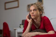 Μόνη γυναίκα που καλεί τη μητέρα της στοκ εικόνα με δικαίωμα ελεύθερης χρήσης