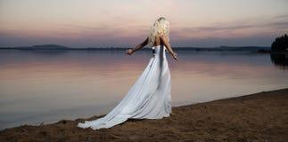 Μόνη γυναίκα που περπατά από την όχθη της λίμνης στοκ φωτογραφία