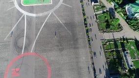 Μόνη γυναίκα στο τετράγωνο Μια νέα γυναίκα στέκεται στο κέντρο ενός μεγάλου τετραγώνου απόθεμα βίντεο