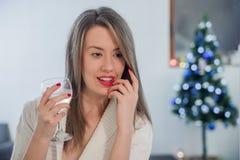 Μόνη γυναίκα Χριστουγέννων το δωμάτιο τη νύχτα Εορταστικό brunette που αισθάνεται λυπημένο στα Χριστούγεννα που ανατρέχουν Στοκ Εικόνες