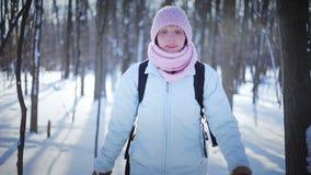 Μόνη γυναίκα Snowshoeing στη φύση απόθεμα βίντεο