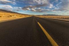 Μόνη εθνική οδός στην έρημο Καλιφόρνιας, ΗΠΑ Στοκ φωτογραφίες με δικαίωμα ελεύθερης χρήσης