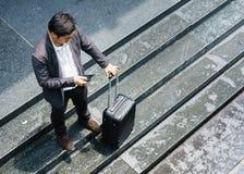 Μόνη εκμετάλλευση στάσεων επιχειρηματιών κινητή στο δρόμο μετά από να εργαστεί στοκ εικόνες