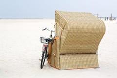 Μόνη καρέκλα παραλιών με το ποδήλατο στην παραλία St.Peter Ording Στοκ Εικόνες