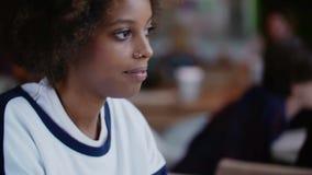 Μόνη μαύρη γυναίκα beautifil Portret με τα δαχτυλίδια μύτης στον ευρωπαϊκό καφέ απόθεμα βίντεο