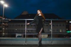 Μόνη νέα γυναίκα που στέκεται στην πόλη νύχτας στοκ φωτογραφίες