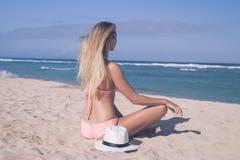 Μόνη νέα προκλητική συνεδρίαση γυναικών στην τροπική παραλία θαλασσίως με το καπέλο και στο μαγιό Διακοπές νησιών του Μπαλί Στοκ Φωτογραφίες