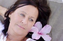 Μόνη στοχαστική ώριμη γυναίκα υπαίθρια Στοκ εικόνες με δικαίωμα ελεύθερης χρήσης