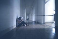 Μόνη συνεδρίαση γυναικών στο διάδρομο Στοκ φωτογραφία με δικαίωμα ελεύθερης χρήσης