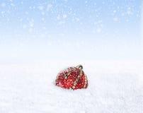 Μόνη σφαίρα Χριστουγέννων στο χιόνι Στοκ Εικόνες