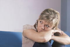 Μόνη λυπημένη γυναίκα βαθιά στις σκέψεις Στοκ εικόνες με δικαίωμα ελεύθερης χρήσης