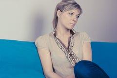 Μόνη λυπημένη γυναίκα βαθιά στις σκέψεις Στοκ Εικόνες