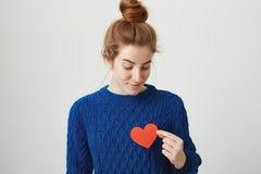 Μόνη ψυχή στη μεγάλη πόλη Εσωτερικός πυροβολισμός της ελκυστικής redhead γυναίκας με το κουλούρι στην άνετη καρδιά εγγράφου εκμετ Στοκ φωτογραφίες με δικαίωμα ελεύθερης χρήσης