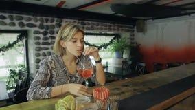Μόνη όμορφη συνεδρίαση γυναικών στο φραγμό στη λέσχη νύχτας απόθεμα βίντεο