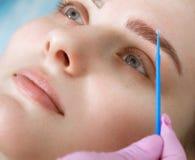 Μόνιμες microblasting φακίδες διάστιξης σε μια γυναίκα σε ένα σαλόνι ομορφιάς στοκ εικόνες