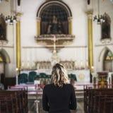 Μόνιμη έννοια θρησκείας εκκλησιών γυναικών Στοκ Εικόνες