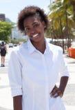 Μόνιμη γυναίκα αφροαμερικάνων στην πόλη Στοκ Εικόνες
