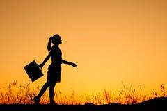 μόνιμη γυναίκα ηλιοβασιλέματος επιχειρησιακών σκιαγραφιών Στοκ Εικόνα