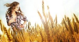 μόνιμη γυναίκα σίτου πεδίω&n στοκ φωτογραφία με δικαίωμα ελεύθερης χρήσης