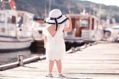 Μόνιμη εν πλω αποβάθρα κοριτσιών παιδιών Στοκ φωτογραφίες με δικαίωμα ελεύθερης χρήσης