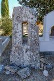 Μόνιμη πέτρα Monolythic που βρίσκεται σε ένα νεκροταφείο σε Anoyira Στοκ Εικόνες