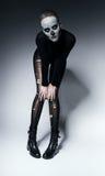 Μόνιμη τρομακτική γυναίκα με το κρανίο στο πρόσωπο Στοκ φωτογραφία με δικαίωμα ελεύθερης χρήσης