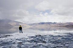 Μόνιμοι μόνοι κοντινοί βουνό και ποταμός ατόμων - Ladakh Στοκ φωτογραφία με δικαίωμα ελεύθερης χρήσης