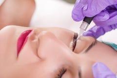 Μόνιμος αποτελέστε eyeliner τη διαδικασία στοκ φωτογραφίες