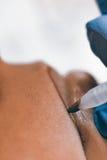 Μόνιμος αποτελέστε Cosmetologist που εφαρμόζει το μόνιμο makeup στο λι στοκ φωτογραφίες με δικαίωμα ελεύθερης χρήσης