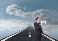 Μόνιμος επιχειρηματίας που φωνάζει μέσω megaphone Στοκ Εικόνες