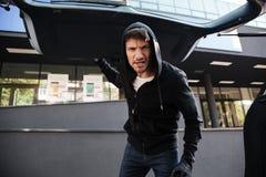 Μόνιμος και κλείνοντας αυτοκινήτων κορμός ενοχλημένων εγκληματικών ατόμων υπαίθρια Στοκ φωτογραφίες με δικαίωμα ελεύθερης χρήσης