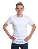 Μόνιμος τύπος με τα τρελλά ξανθά μαλλιά Στοκ εικόνα με δικαίωμα ελεύθερης χρήσης