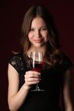 Μόνιμο κορίτσι με bocal κλείστε επάνω ανασκόπηση σκούρο κόκκιν&omi Στοκ Εικόνα