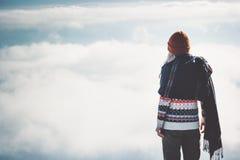 Μόνιμο μόνο τοπίο σύννεφων ουρανού γυναικών στοκ φωτογραφίες