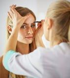 Μόνιμο Makeup για τα φρύδια Όμορφη γυναίκα με παχύ Brows στο σαλόνι ομορφιάς Beautician που κάνει το φρύδι που διαστίζει για στοκ εικόνες με δικαίωμα ελεύθερης χρήσης