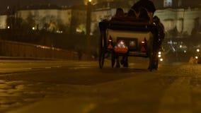 Μόνιππο αλόγων νύχτας στην Πράγα απόθεμα βίντεο