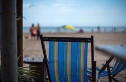 Μόνιππο -μόνιππο-longue στον καφέ στην παραλία Στοκ φωτογραφία με δικαίωμα ελεύθερης χρήσης