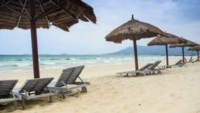 Μόνιππο -μόνιππο-longues ομπρελών παραλιών καλάμων στην παραλία θάλασσας φιλμ μικρού μήκους