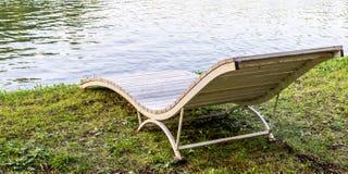 Μόνιππο -μόνιππο-longue στη λίμνη υπόβαθρο, τρόπος ζωής Στοκ εικόνες με δικαίωμα ελεύθερης χρήσης
