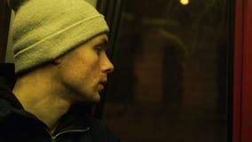 Μόνοι γύροι νεαρών άνδρων σε ένα τραμ στη νύχτα απόθεμα βίντεο