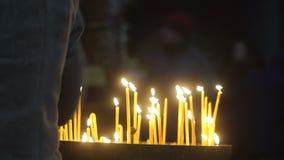 Μόνοι μελαχροινοί άνθρωποι ναών πυρκαγιάς κεριών φιλμ μικρού μήκους