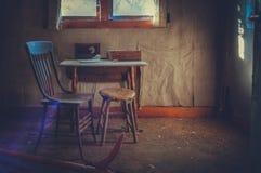 Μόνοι πίνακας και έδρα κουζινών στοκ φωτογραφία